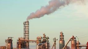 Industrieanlage mit Auspuffrohren stock video footage