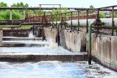 Industrieanlage mit Wasserbehandlung Stockbild