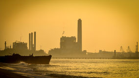 Industrieanlageschattenbild am Sonnenuntergang lizenzfreie stockbilder