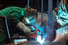 Industriearbeiter an der Fabrik Stockbild
