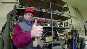 Industriearbeiter, der sich Daumen zeigt stock footage