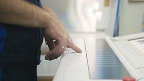 Industriearbeiter Mann, der Bedienfeld der Druckmaschine verwendet Lizenzfreie Stockfotografie