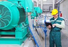 Industriearbeiter mit Notizbuch Stockbild