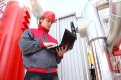 Industriearbeiter mit Notizbuch Lizenzfreies Stockbild
