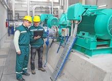 Industriearbeiter mit Notizbuch, Teamwork Lizenzfreie Stockbilder