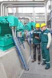 Industriearbeiter mit Notizbuch, Teamwork Stockfoto