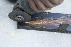 Industriearbeiter mit Schleifsteinschleifscheibe-Schneidermaschine lizenzfreies stockbild