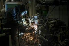 Industriearbeiter schweißen Automobil die Stahlteile  Lizenzfreie Stockbilder