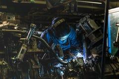 Industriearbeiter schweißen Automobil die Stahlteile Stockfotografie