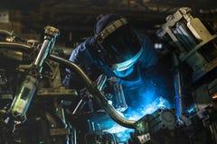 Industriearbeiter schweißen Automobil die Stahlteile Stockfoto