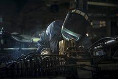 Industriearbeiter schweißen Automobil die Stahlteile Stockbilder