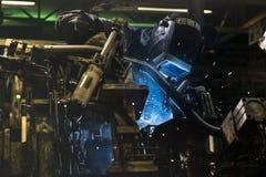 Industriearbeiter schweißen Automobil die Stahlteile Lizenzfreies Stockbild