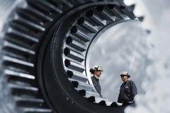 Industriearbeitskräfte innerhalb der riesigen Gänge lizenzfreie stockfotos
