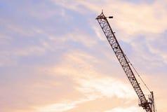 Industriebau-Kran-und Gebäude-Schattenbilder bei Sonnenaufgang Lizenzfreie Stockfotografie