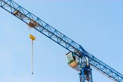 Industriebaukran, der gegen blauen Himmel hochzieht Stockfoto