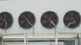 Industrieel airconditioningssysteem Grote ventilators op muur van het gebouw stock videobeelden