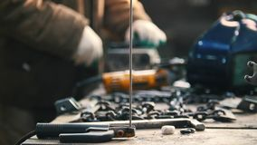 industrieel Bakstenen die in openlucht leggen Mensenarbeider het malen Hulpmiddelen en kettingen op de lijst royalty-vrije stock fotografie