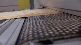 Industrieel binnenland, het werkproces bij een houtbewerkingsfabriek, meubilairproductie stock footage