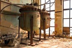 Industrieel binnenland met opslagtank Stock Afbeeldingen