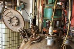 Industrieel binnenland met opslagtank Stock Foto