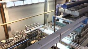 Industrieel binnenland, productie van keramische tegels, modern fabrieksbinnenland, transportband, tijdoverlappingen stock videobeelden