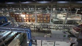 Industrieel binnenland, productie van keramische tegels, modern fabrieksbinnenland, transportband, Tijdoverlappingen, Industriële stock videobeelden