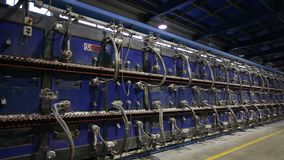 Industrieel binnenland, Tunneloven voor bakselkeramische tegels, Productie van keramische tegels, Gasoven voor decoratief stock footage