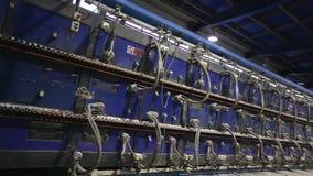 Industrieel binnenland, Tunneloven voor bakselkeramische tegels, Productie van keramische tegels, fabriek voor de productie van stock video