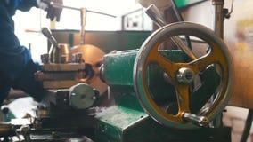 Industrieel Concept Bouwinstallatie Een mens die met een draaibank werken - torque het detail stock video