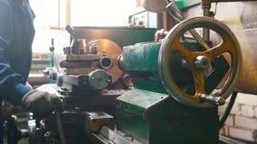 Industrieel Concept Bouwinstallatie Een mens die met een draaibank werken - verwijder het detail en verwijder het van de draaiban stock footage