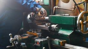 Industrieel Concept Bouwinstallatie Een mensenarbeider meet het detail op de draaibank stock footage