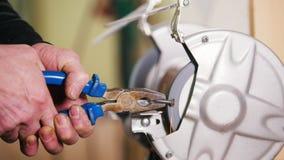 Industrieel Concept Een arbeider die hoeken op een schroef maken die een malende machine met behulp van stock videobeelden