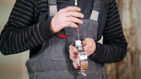 Industrieel Concept Een arbeider haalt de schroef in het detail aan stock videobeelden