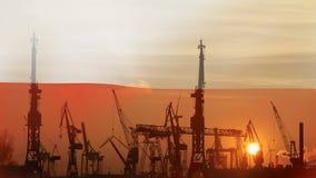 Industrieel concept met de vlag van Polen bij zonsondergang stock footage