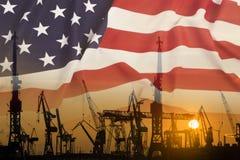 Industrieel concept met de vlag van Verenigde Staten bij zonsondergang stock foto