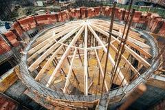 Industrieel daksysteem van de kloosterbouw met houten hout, stralen en dakspanen De details van de architectuurkoepel bij bouw zi Royalty-vrije Stock Foto