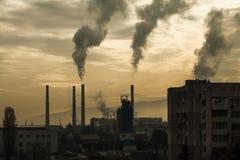 Industrieel de stadslandschap van Oost-Europa van een elektrische centrale, rook stock foto