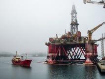 Industrieel de torenplatform van de boringsinstallatie voor olie en gas het pompen in overzees Brandstof en benzineexploratie en  stock afbeelding