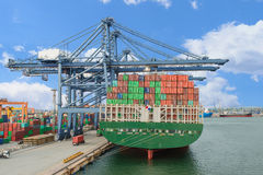 Industrieel de vrachtschip van de Containerlading met werkende kraan bridg stock afbeeldingen