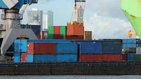 Industrieel de Vrachtschip van de Containerlading met Werkende Kraan in Po Royalty-vrije Stock Foto's