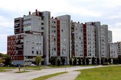 Industrieel flatgebouw met grasgebied vooraan stock afbeeldingen