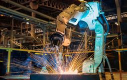 Industrieel het staaldeel van het robotlassen stock foto