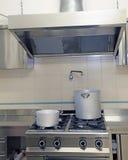 Industrieel keukenkooktoestel met aluminiumpot en gigantische sm Stock Foto's