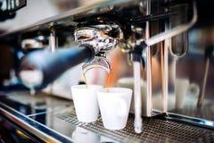 Industrieel koffiezetapparaat die verse espresso voorbereiden bij bar stock afbeeldingen
