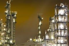 Industrieel landschap bij nacht stock foto