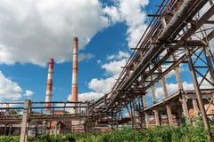 Industrieel landschap, Hoge pijpfabriek Stock Foto