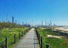 Industrieel landschap met de schoorstenen van de installatiefabriek en het mooie landschap van de de lenteaard, Portugal royalty-vrije stock foto's