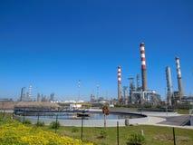 Industrieel landschap met de schoorstenen van de installatiefabriek en het mooie landschap van de de lenteaard, Portugal, Europa royalty-vrije stock afbeelding