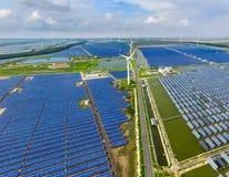 Industrieel landschap met verschillende energiemiddelen Duurzame ontwikkeling Stock Fotografie