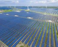 Industrieel landschap met verschillende energiemiddelen Duurzame ontwikkeling Stock Afbeelding
